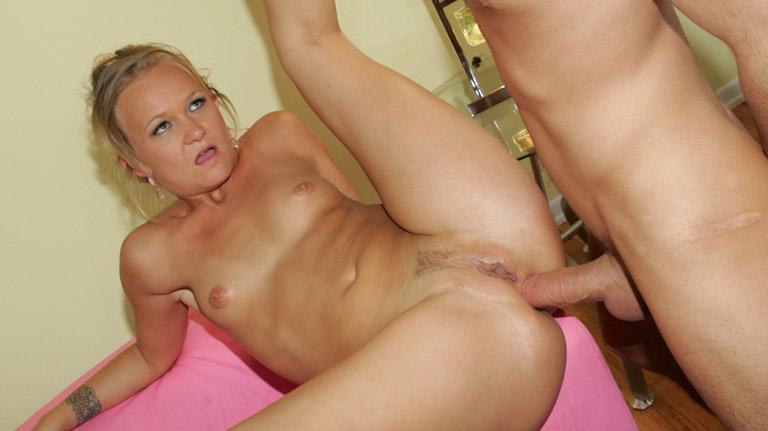Katie Gold si fa allargare la figa bagnata