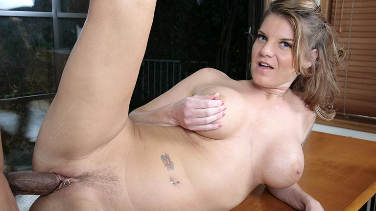 Kayla Quinn si fa trombare da un stallone nero