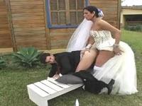Sposa transessuale incula all'aperto il marito bisex