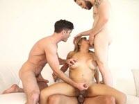 Orgia di sesso anale con una shemale che riceve tre cazzi