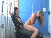 Guardiana lesbica sfonda con un strap on la figa di una detenuta