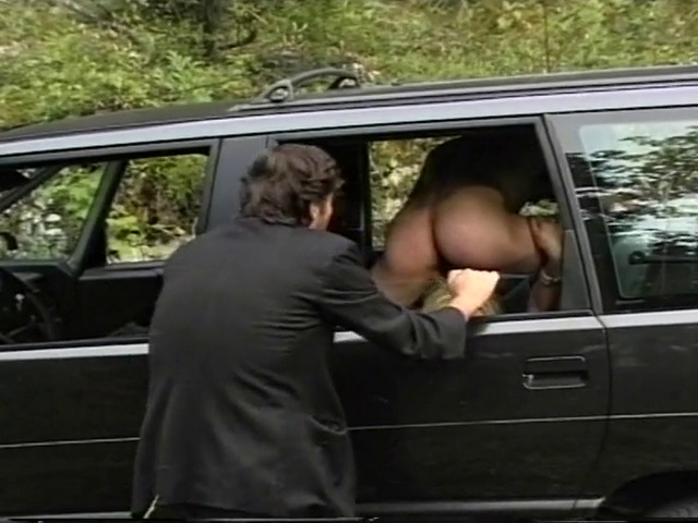 Maialona bionda scopata e inculata in macchina